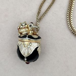 Unique vintage garnet cat necklace